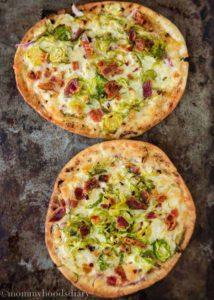 Pizzas de Pita con Repollo de Bruselas y Tocineta