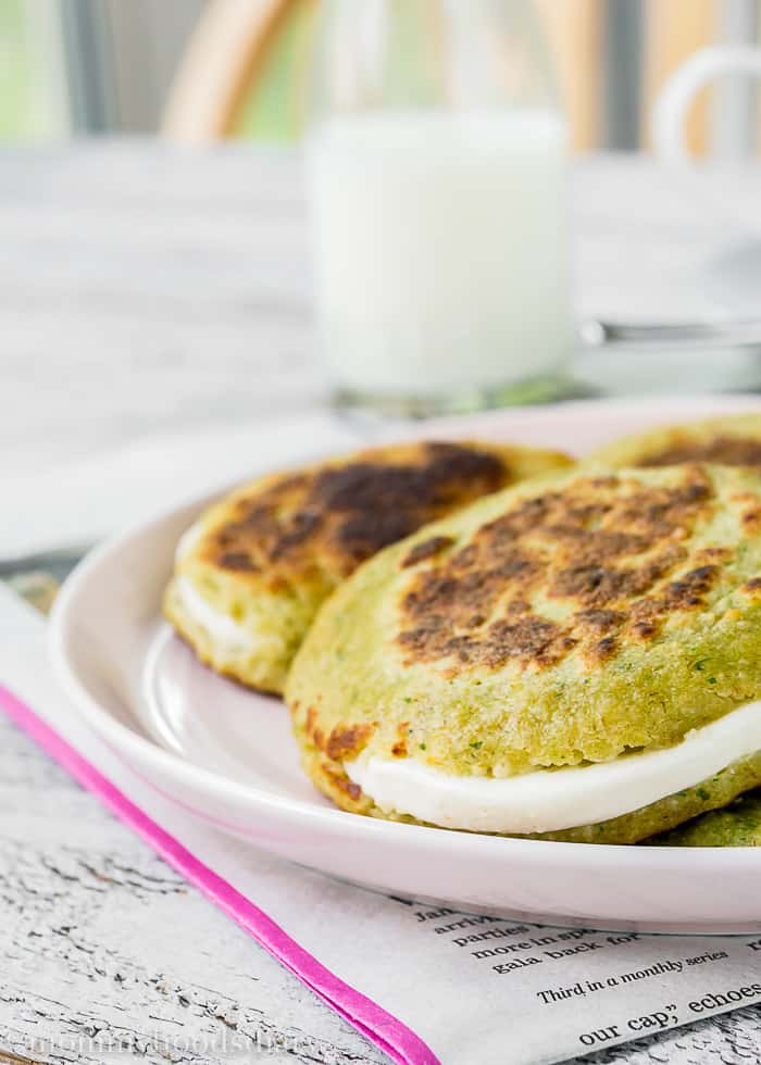 Skinny Oat Arepas are the perfect way to satisfy your cravings without the guilt! Easy to make, tasty and full of goodness. https://mommyshomecooking