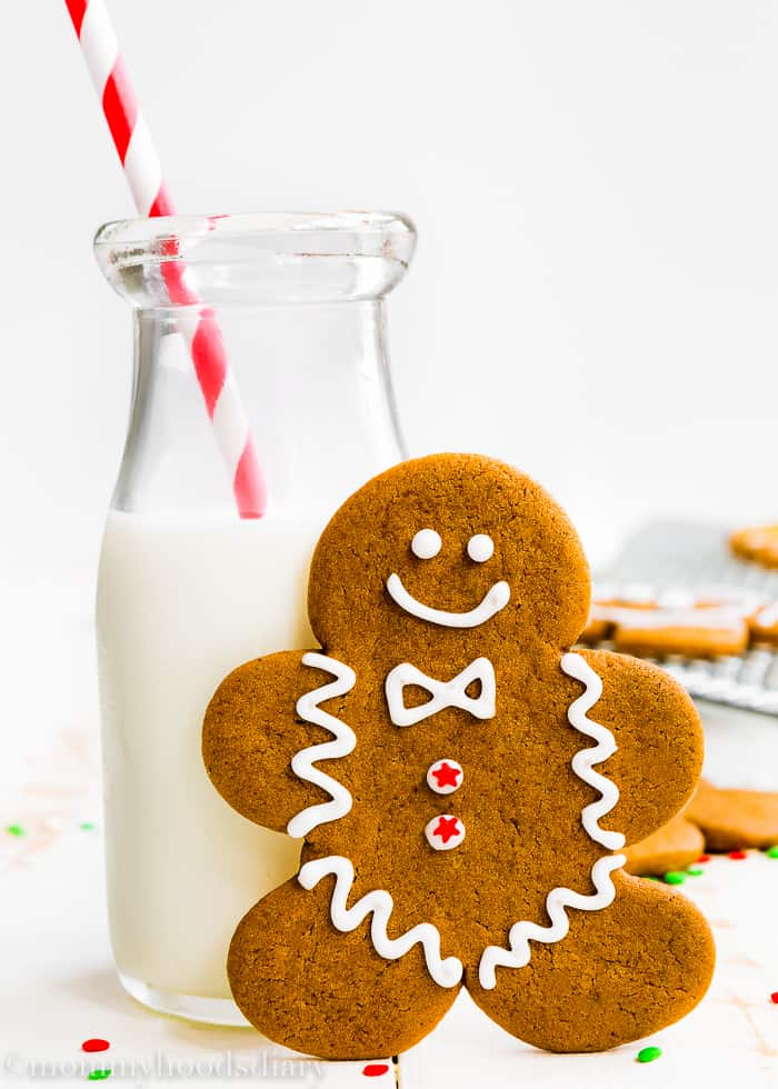 These Eggless Gingerbread Cookies are soft, spicy and chewy, but sturdy enough to be decorated. And oh-so-delicious. The perfect addition to your Christmas table! http://mommyshomecooking.com