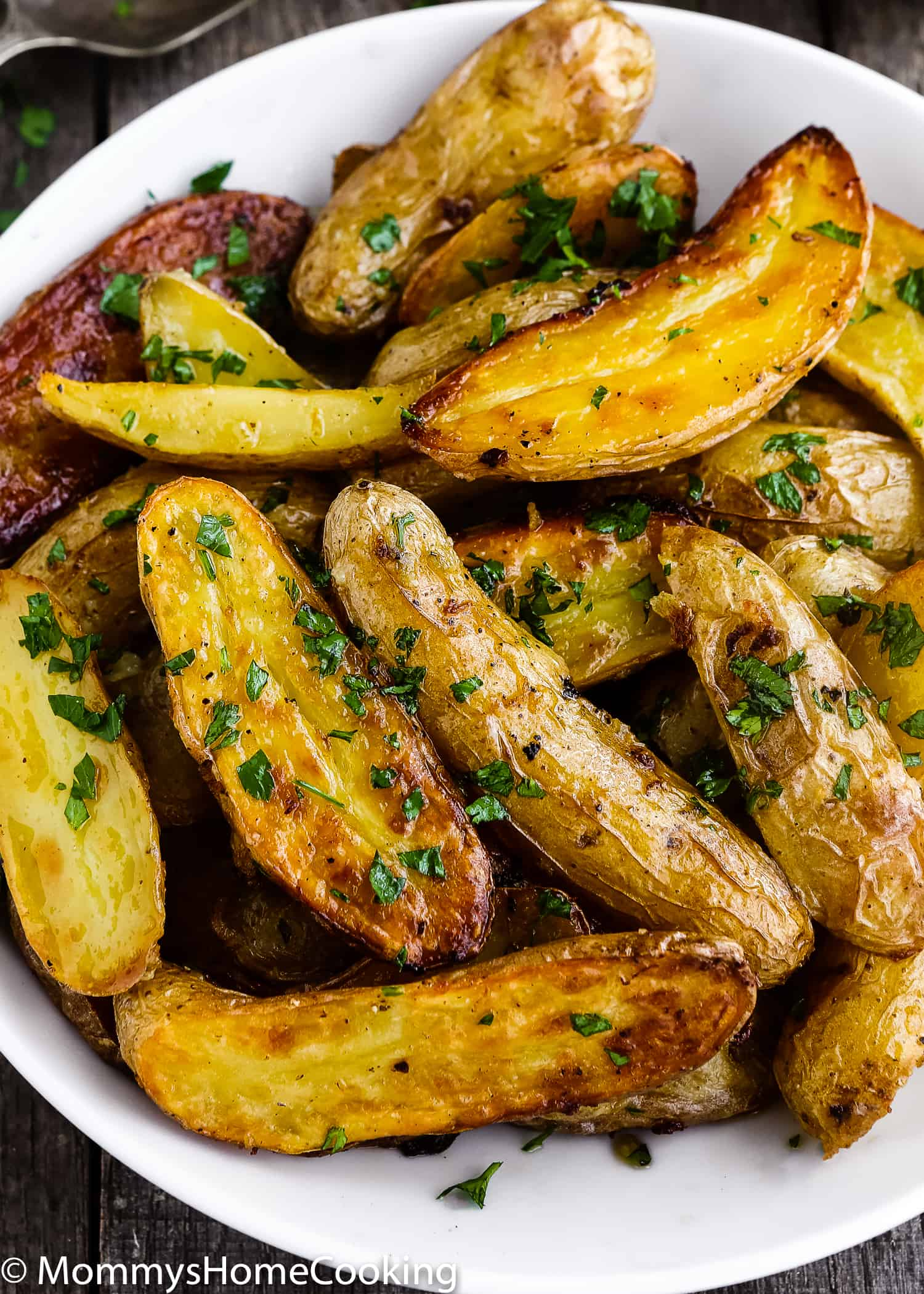 These Easy Garlic Lemon Roasted Potatoes are crispy outside, soft inside, a little salty and lemony. Perfect side dish for just about any entree. http://mommyshomecooking.com