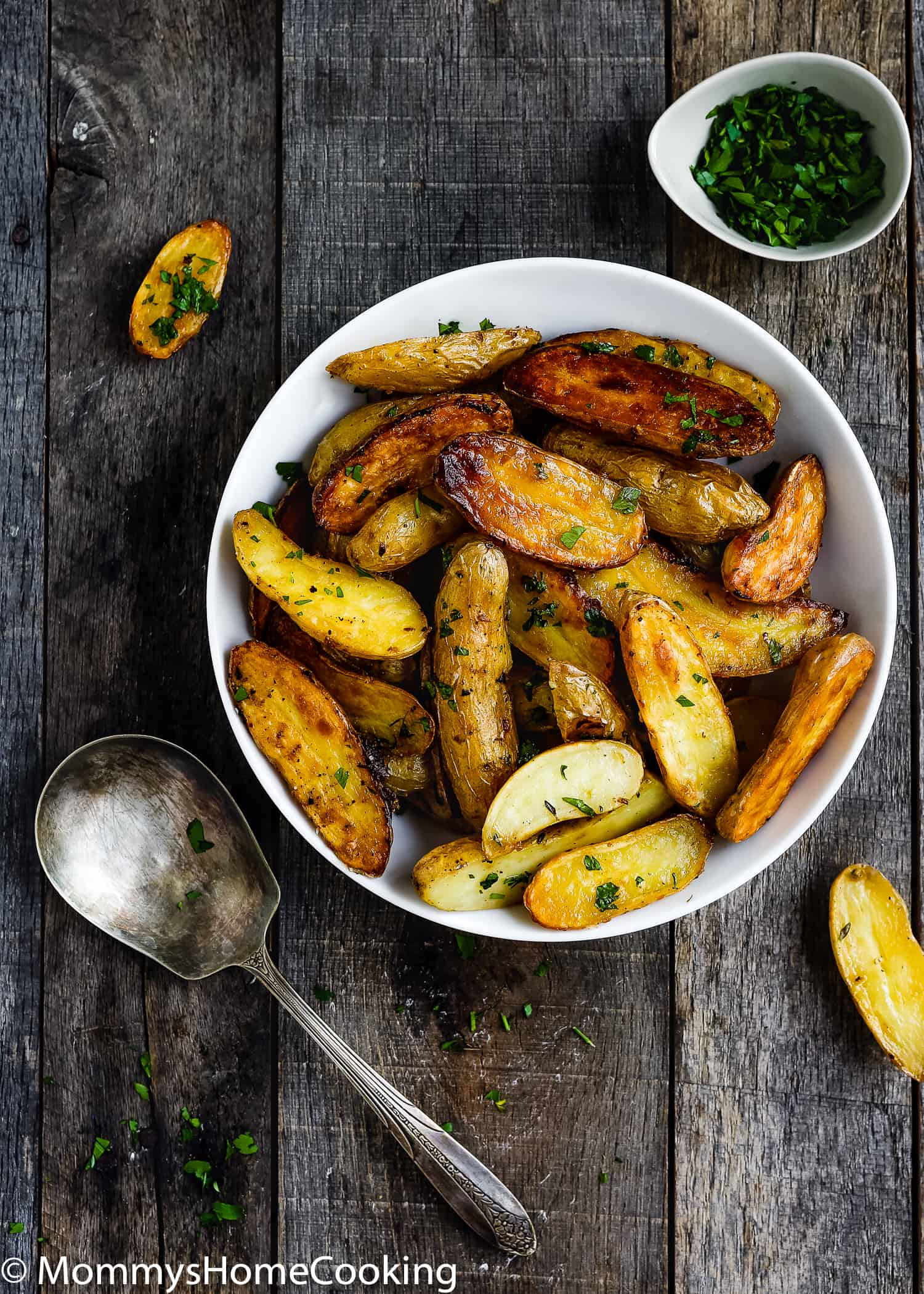 These Easy Garlic Lemon Roasted Potatoes are crispy outside, soft inside, a little salty and lemony. Perfect side dish for just about any entree. https://mommyshomecooking.com