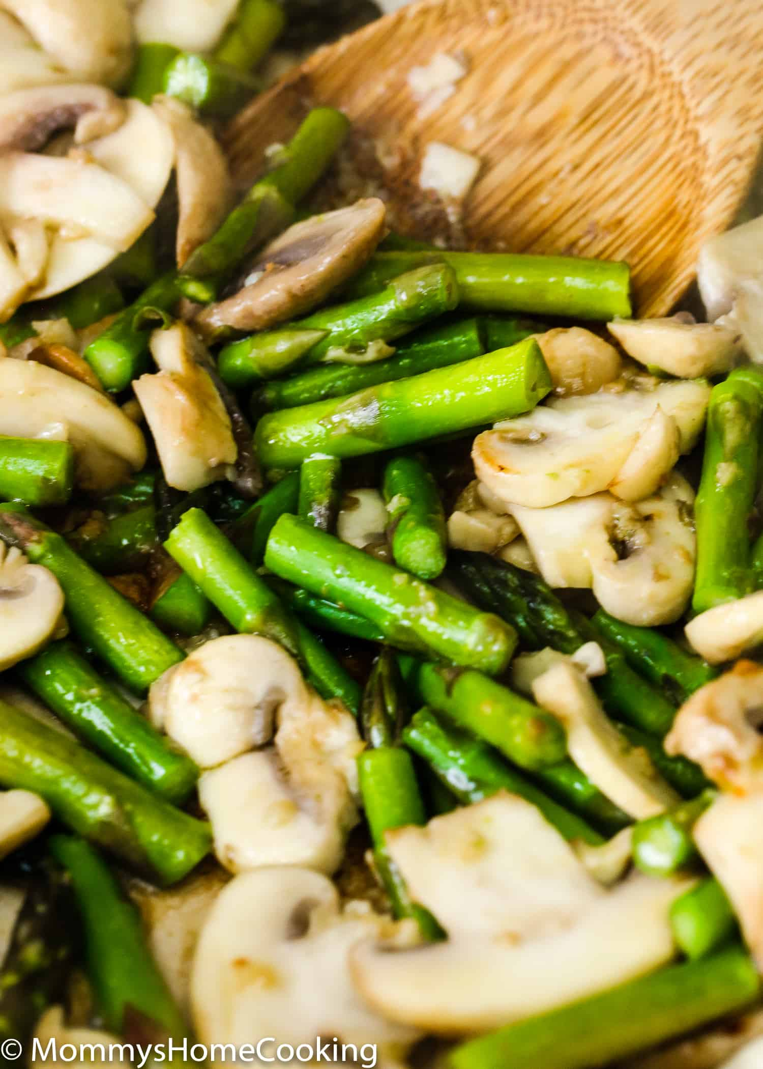 This Easy Healthy Chicken and Asparagus Skillet recipe is quick, delicious and satisfying! It's made from scratch with no processed ingredients. Ready in less than 30 minutes. Perfect meal prep recipe to keep your taste buds happy and your belly full. Whole30 compliant. https://mommyshomecooking.com